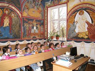 Ora de religie este o componentă a învăţământului public european